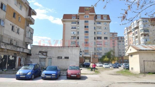 SC Piețe și Târguri Craiova SRL a început să facă demersurile pentru a realiza, în spațiul din imagine, o piață pentru cartierul Lăpuș. Acesta este în spatele blocului în care se află banca BCR, în vecinătatea locului de joacă. (Foto: Lucian Anghel)