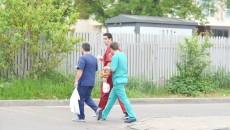 Atât pacienții, cât și cadrele medicale de la Spitalul Județean de Urgență Craiova au fost surprinse în echipament medical  în afara unității sanitare (Foto: Lucian Anghel)