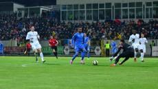Nuno Rocha (în albastru) şi colegii săi nu au ştiut cum să-i atace pe botoşăneni (foto: csuc.ro)