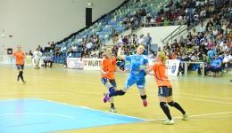 Tănasie (la minge) a ratat şansa să întâlnească în semifinale echipa HCM Baia Mare, de la care a fost împrumutată la Craiova (Foto: Claudiu Tudor)