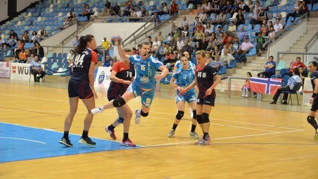 Irina Lazarin (la minge) și colegele sale pot încheia sezonul pe un nesperat loc cinci (foto: Claudiu Tudor)