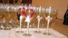 După ce consumă șampania la nuntă, mirii trebuie să se gândească cum vor plăti factura la restaurant, pentru că nu se mai poate cu numerar (foto: marcabdecor.ro)
