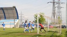 Jucătorii craioveni (în verde) nu au reuşit mare lucru în meciul cu Vulturii Lugoj (foto: Ionuţ Greere)