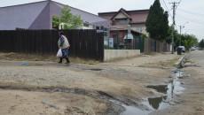 Mulți oameni din cartierul Romanești se plâng de lucrările la canalizare, care le-au dat străzile peste cap