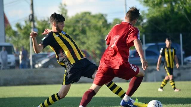 Ştefan Stancu (în galben) a marcat şi la Cârcea, pecetluind calificarea echipei sale în finala Cupei (foto: Denis Şchiopu)