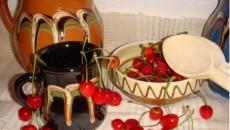 La Moşii de Vară se împart vase de lut de care se leagă ciorchini de cireşe şi flori de tei sau trandafiri albi, în memoria tinerilor răposaţi din familie (Foto: ziarulevenimentul.ro)