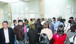 Zeci de persoane au așteptat ieri la biroul de internări al Spitalului Județean de Urgență Craiova pentru că sistemul informatic a mers greu (Foto: GdS)