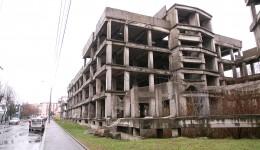 Primăria a estimat că ar fi necesare 6,6 milioane de euro fără TVA pentru proiectarea tehnică și amenajarea unei clădiri-pavilion la scheletul abandonat din vecinătatea Spitalului de Boli Infecțioase (Foto: Arhiva GdS)