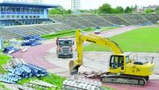 """Societatea CON-A a început ieri decopertarea tartanului de pe pista de atletism a stadionului """"Ion Oblemenco"""" (Foto: Lucian Anghel)"""