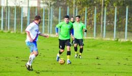 Robert Căle (la minge) aşteaptă cu nerăbdare meciurile oficiale din noul sezon (Foto: Alexandru Vîrtosu)