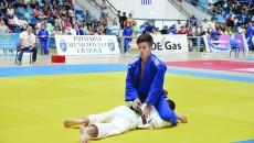 Robert Pasăre (în albastru) şi-a dominat clar adversarul în meciul pentru medalia de bronz (FOTO: Claudiu Tudor)