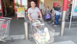 Craioveanul Traian Badea a spus la ieşirea din hipermarketul Kaufland că nu a simțit ieftiniri ale produselor alimentare față de săptămâna trecută şi că scăderea preţurilor este doar pe etichetă (FOTO: Ramona Olaru)
