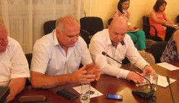 Gheorghe Călinoiu (stânga) de la Mediu și Gheorghe Marinescu de la Protecția Consumatorului au ridicat problema Centrului Istoric la Colegiul Prefectural. Unul cu zgomotul, altul cu alimentația publică.