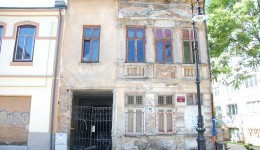 În Centrul Istoric au mai rămas circa zece case nereabilitate. Imobilul din imagine aparține municipalității, iar o renovare ca la carte ar costa 1,8 milioane de lei (FOTO: Anca Ungurenuş)
