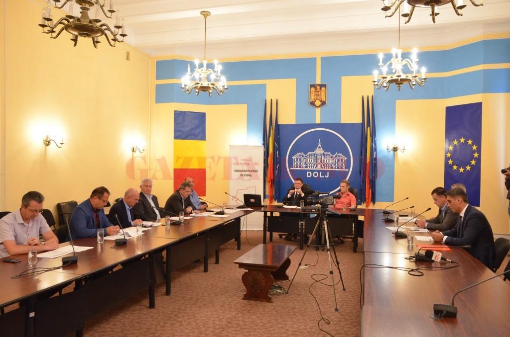 Dezbaterea despre soarta drumurilor din Oltenia a avut loc în sala video a Prefecturii Dolj