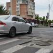 Municipalitatea spune că felul în care este realizată asfaltarea în jurul gurilor de canal este împrumutat din Germania.