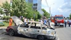 Autoturismul Daewoo Cielo a ars în urma unui scurtcircuit  la instalația electrică (Foto: GdS)