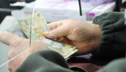 Oamenii simpli care își înființează acum un depozit în lei  ar putea să îi dea băncii banii gratis să se folosească de ei până la scadență. Dobânda pe lună la un depozit de 5.000  de lei este de 8 lei, în condițiile în care banca nu percepe comision de retragere de numerar. (FOTO: avantulliber.ro)