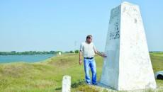 """Viceprimarul din Pristol, Adrian Constantinescu, arată către borna numită """"Triplex"""", care indică granița dintre cele trei state: România, Bulgaria și Serbia (Foto: Lucian Anghel)"""