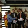Directorul Heineken Craiova, Bogdan Cheța (foto dreapta), a acordat diplome reprezentanților celor două asociații care au câștigat finanțarea companiei pentru două proiecte comunitare