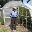 Dumitru Cepoi, mândru de solarul și grădina sale (Foto: Traian Mitrache)
