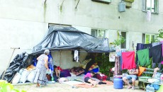 Familia Vasile și-a încropit un cort lângă blocul din care a fost evacuată (Foto: Lucian Anghel)