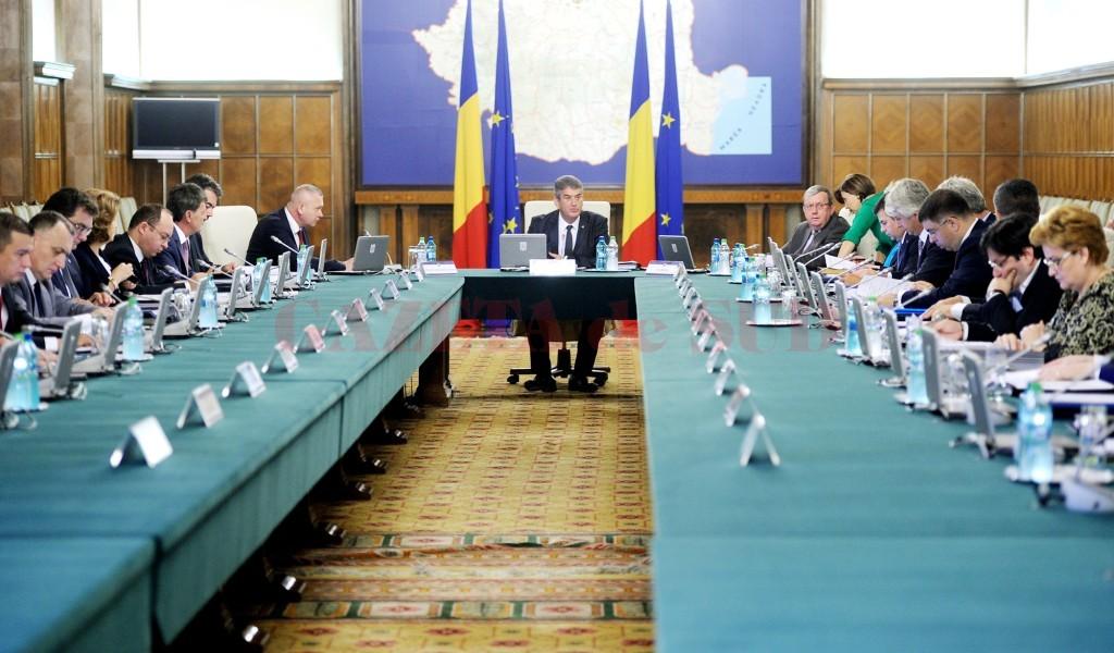 Creşterea indemnizaţiilor anumitor demnitari a fost aprobată într-o sedinţă de guvern condusă de prim-ministrul interimar Gabriel Oprea (Foto: gov.ro)