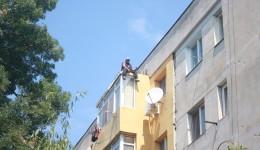 Ion Vasile amenința că se aruncă de la etajul patru al blocului 13 din cartierul Valea Roşie, dar în cele din urmă a coborât singur