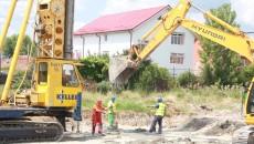 Constructorul de la stadionul de atletism lucrează în această perioadă la ridicarea tribunelor (Foto: Traian Mitrache)