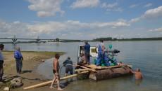 Angajații Companiei de Apă Oltenia construiau ieri la malul Dunării o microstație plutitoare pentru a pompa apă la robinetele locuitorilor din Calafat