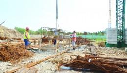 Constructorul cartierului chinezesc Shandong NIngjian încearcă să facă rost de bani pentru a readuce muncitorii pe şantier (Foto: Lucian Anghel)