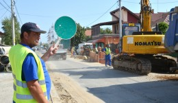 Pe strada Bariera Vâlcii se continuă introducerea rețelei de canalizare,  după care urmează asfaltarea (Foto: Lucian Anghel)