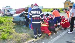 În urma accidentului, microbuzul s-a răsturnat, iar un pasager din autoturismul Cielo și-a pierdut viața (FOTO: ISU Olt)