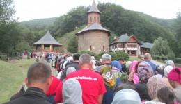 Mii de români vin zilnic la mormântul de la Prislop
