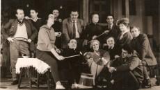 """Manu Nedeanu (în centru, șezând), după premiera cu """"Scandaloasa legătură dintre d-l Ketlle şi d-na Moon"""", ianuarie 1965, regia: Valentina Balogh (în dreapta lui Nedeianu) și scenografia Vasile Buz (ultimul din dreapta, jos)(Foto: arhiva Vasile Buz)"""