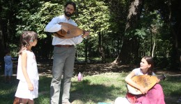 """Florin și Beatrice Iordan la """"Șezătoarea cu fluiere și povești"""" din Parcul """"Nicolae Romanescu"""" (Foto: Traian Mitrache)"""