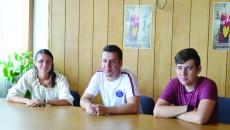 Cei trei reprezentanți ai Asociaţiei pentru Tineri Streets îi incurajează pe tinerii craioveni să participe la tabăra gratuită organizată la Bușteni, în care pot învăța ce înseamnă alimentația sănătoasă (Foto: Lucian Anghel)
