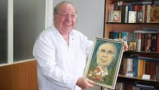 Prof. dr. Ion Țolea are în mână o caricatură făcută de unul dintre pacienți (Foto: Traian Mitrache)