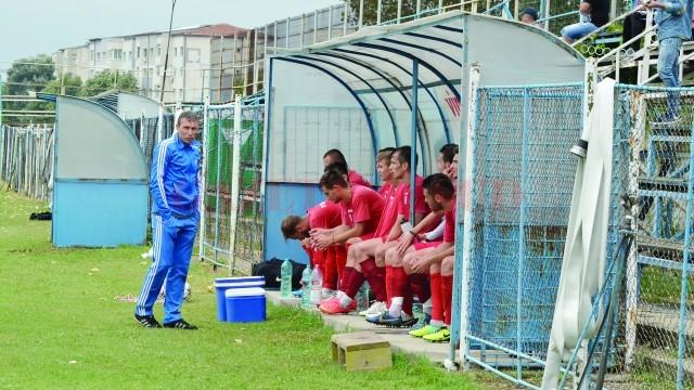 Dan Oprescu (stânga) consideră că o echipă care vrea să se bată la promovare trebuie să aibă mulți jucători cu experiență (Foto: Alexandru Vîrtosu)