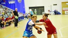 Gheorghe Tadici a fost nemulţumit de mai multe aspecte ale jocului de la Craiova şi consideră că handbalistele de la SCM (în albastru) nu meritau să câştige (Foto: Claudiu Tudor)