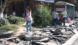 În zona Institut din Craiova, pietonii sunt obligaţi să meargă pe strada Calea Bucureşti sau pur şi simplu peste bolovanii rezultaţi în urma spargerii trotuarelor ()