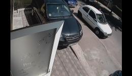 Suspectul a fost surprins de o cameră de supraveghere atunci când a furat mașina unei pizzerii din Craiova
