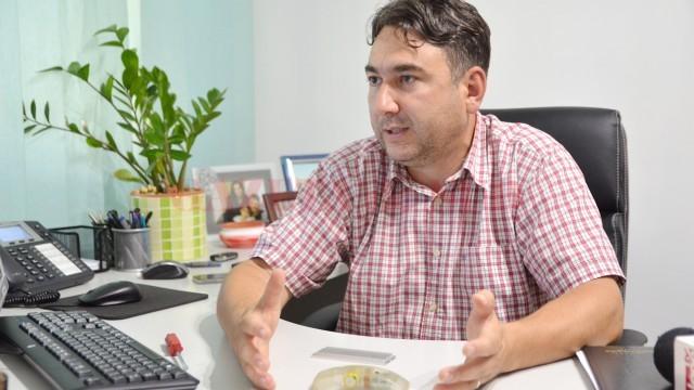 Cătălin Popescu, reprezentantul unei firme de repartitoare, spune că un repartitor  este garantat zece ani (FOTO: arhiva GdS)