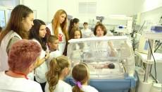 Copiii care s-au implicat în campania de strângere de bani au avut şansa să vadă cu ochii lor incubatoarele (Foto: Traian Mitrache)
