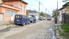 Apa menajeră se scurge din curțile localnicilor prin diverse conducte direct pe marginea străzii pentru că nu se pot conecta deocamdată la canalizare (Foto: Lucian Anghel)