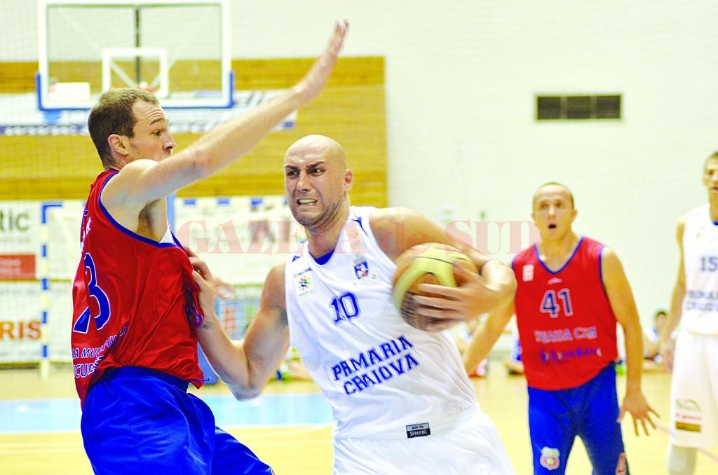 Cătălin Burlacu (la minge) vrea să nu mai lase Steaua să plece învingătoare din Bănie (Foto: Arhiva GdS)