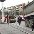 Firma care asfaltează strada Calea București din Craiova și-a dotat muncitorii cu veste și a debarasat  materialele de pe carosabil, după ce a primit încă o amendă de la Poliția Rutieră (Foto: GdS)