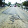 Cu chiu, cu vai, Imob Infrastructură a turnat un pic din primul strat de asfalt, din cele trei  necesare, pe strada Bariera Vâlcii, dar a uitat o porţiune din el (Foto: Bogdan Grosu)
