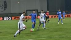 Mateiu (la minge) şi colegii săi n-au repetat evoluţia bună cu Dinamo şi în jpcul cu Astra (foto: csuc.ro)