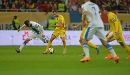Lucian Sânmărtean (la minge) şi colegii săi de la naţională au remizat norocos cu Finlanda (foto: prosport.ro)